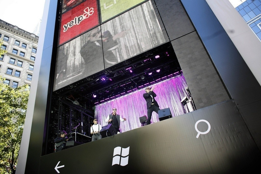 new_windows_phone_available_today_microsoft_do_it_in_style_featuring_a_6_story_big_windows_phone_in_nyc