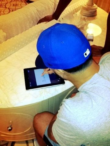 brooklyn_nets_deron_williams_signs_five_year_98_million_contract_on_an_ipad