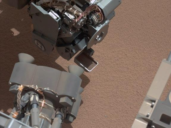 curiosity_rover_may_be_hurt_jpl_scientists_see_something_metallic_in_a_picture