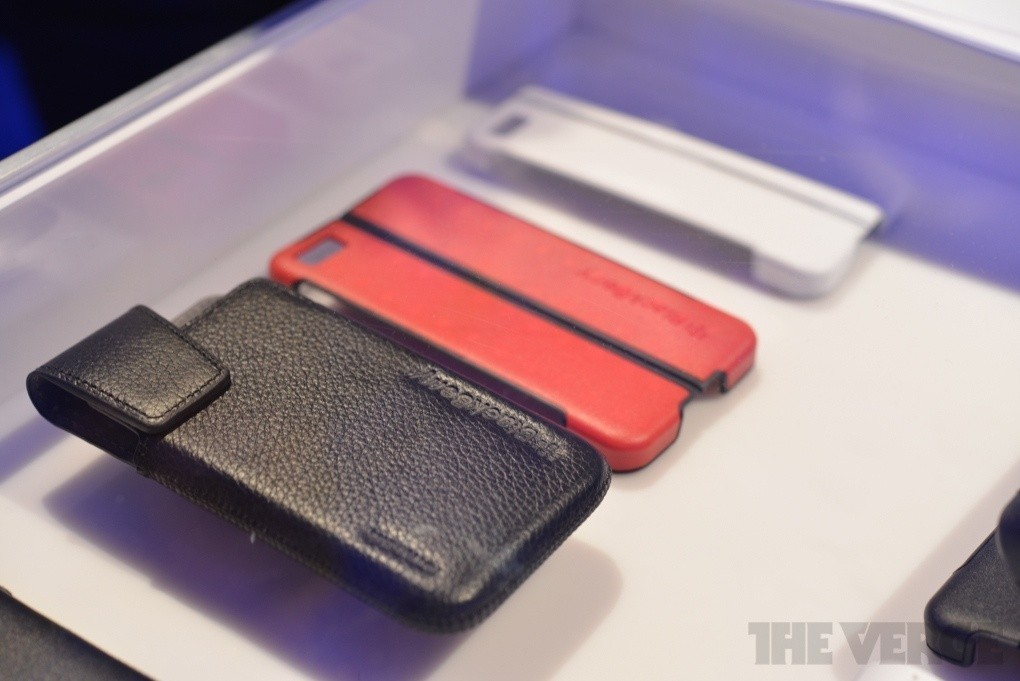blackberry_z10_cases_back_up_battery_charger_and_blue_tooth_speaker_revealed_at_bb10_launch_event