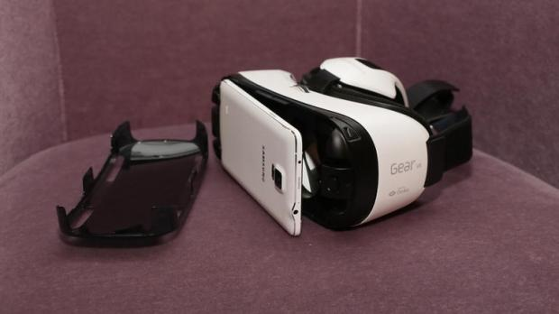 samsung-vr-headset-now-available-200_038